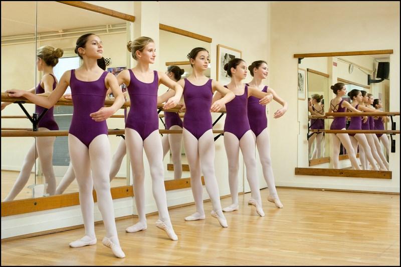 Les cours de danse cercle des arts for Cours danse classique barre
